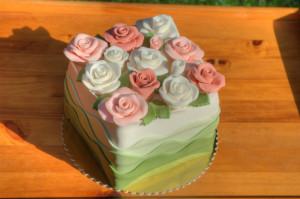 Čtvercový dort s růžemi