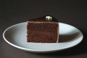 cokoladovy_dort_marcipan_rez