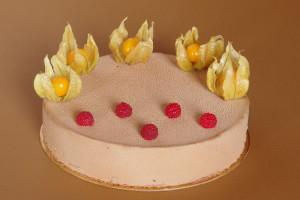 dort s malinami a pěnou z mléčné čokolády