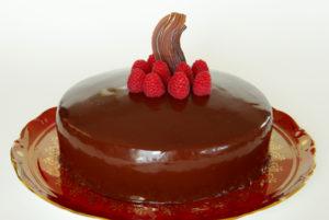 Dort s pěnou z lesního ovoce, šlehačkou a čokoládou