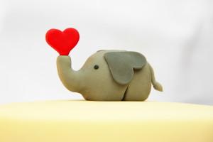 modelovaný sloník se srdcem
